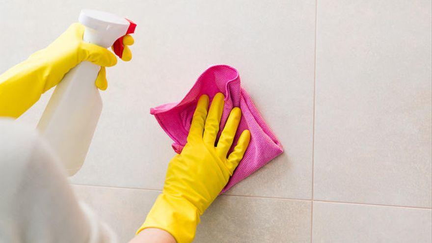 Truco para limpiar el jabón y sarro de los azulejos del baño